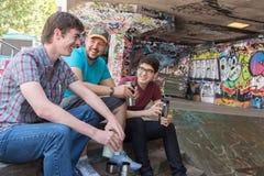Kaffepratstund för tre grabbar arkivbild