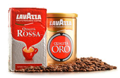 Kaffeprodukter av Lavazza isolerade på vit Arkivfoto