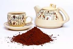 Kaffepuder auf einem weißen Hintergrund Lizenzfreie Stockfotografie