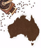 Kaffepulver i formen av Australien och ett kaffe maler (serie Fotografering för Bildbyråer