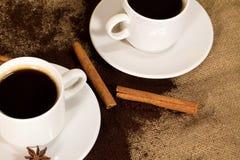 Kaffepulver med koppen, kanelbrunt slut upp Arkivbild