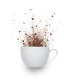 Kaffepulver som är utspillt från koppen Royaltyfria Bilder