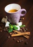 Kaffesammansättning med en kopp kaffe, en vanilj och en kanel Arkivfoton