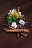 Kaffesammansättning med vanilj och kanel arkivfoto