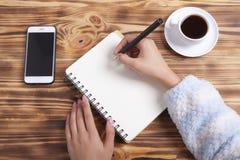 Kaffesmartphone och anteckningsböcker arkivbilder