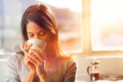 kaffesoluppgångkvinna Royaltyfri Foto