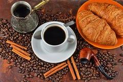 Kaffestilleben med ett rör för att röka Arkivfoto
