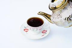 Kaffet har hällt in i koppen från en kokkärl arkivbilder