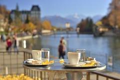 Kaffetabell i den Thun staden, Schweiz Arkivbild
