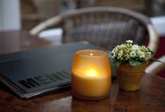 Kaffetabelle mit Kerze lizenzfreies stockbild
