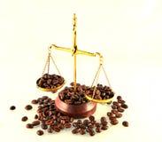 Kaffetema med mässingsvågstilleben på vit bakgrund royaltyfri bild