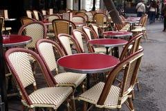 Kaffeterrass med tabeller och stolar, Paris Royaltyfria Foton