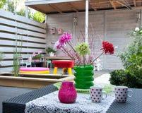 Kaffetid i en sommarträdgård Fotografering för Bildbyråer