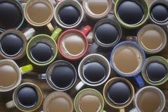 Kaffetid - många koppar kaffe på trätabellgodabackgroun Arkivbild