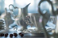 Kaffeuppsättning på tabellen Arkivbilder