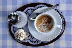 Kaffeuppsättning som är flatlay med vit rutiga bordduken för den blått och Arkivbild