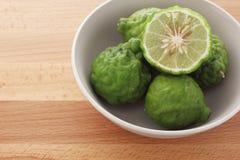 Kaffir (bergamote) sur le fond en bois Photographie stock libre de droits