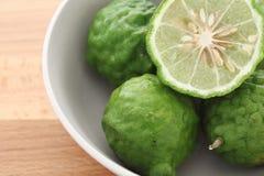 Kaffir (bergamote) sur le fond en bois Photographie stock