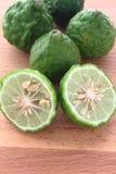 Kaffir (bergamote) sur le fond en bois Photos libres de droits