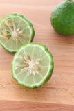 Kaffir (bergamote) sur le fond en bois Images stock