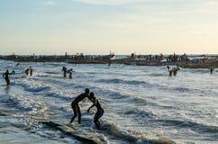 Kafountine, Sénégal - 26 novembre 2013 : Retour des pêcheurs dans des bateaux en bois à la plage dans Casamance Image libre de droits