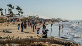 Kafountine, Sénégal - 26 novembre 2013 : Retour des pêcheurs dans des bateaux en bois à la plage dans Casamance Photos stock