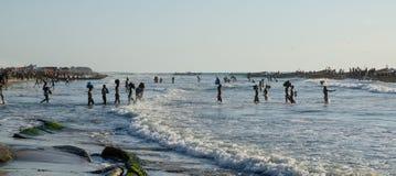 Kafountine, Senegal - 26 de noviembre de 2013: Vuelta de los pescadores en barcos de madera en la playa en Casamance Fotos de archivo libres de regalías