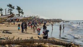 Kafountine, Senegal - 26 de noviembre de 2013: Vuelta de los pescadores en barcos de madera en la playa en Casamance Fotos de archivo