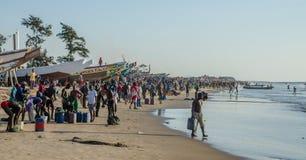 Kafountine, Senegal - 26 de noviembre de 2013: Vuelta de los pescadores en barcos de madera en la playa en Casamance Fotografía de archivo