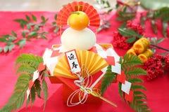 Kagami-mochi ein runder Reiskuchen und eine Pomeranze bot einer Gottheit an lizenzfreies stockfoto