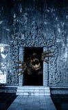 Kaganiec i łapa potwór w otwarte drzwi ilustracji