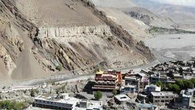 Kagbeni鸟瞰图和山谷在喜马拉雅山 股票录像