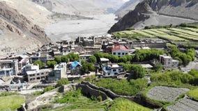 Kagbeni鸟瞰图和山谷在喜马拉雅山 股票视频