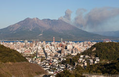 Kagoshima, Japan mit Montierung ausbrechendes Sakurajima Stockbild