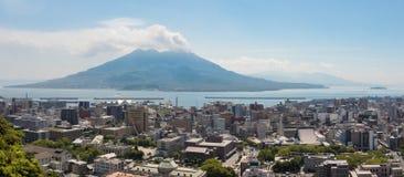 Kagoshima-Stadt mit Kagoshima-Bucht und ausgebrochenes Vulcan Sakurajima an einem klaren Sommertag Gefunden in Kagoshima, Kyushu, lizenzfreies stockfoto
