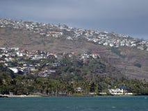Kahala-Strand, Kokosnussbäume, Ozean und Gipfelhäuser Lizenzfreie Stockbilder