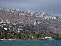 Kahalastrand, kokospalmen, oceaan en van de Heuveltop huizen Royalty-vrije Stock Afbeeldingen
