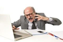 Kahle Funktion des Geschäftsmannes 60s betont und frustriert am Bürocomputer-Laptopschreibtisch, der müde schaut stockfotos