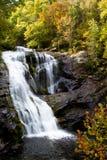 Kahler Fluss-Wasserfall stockbild