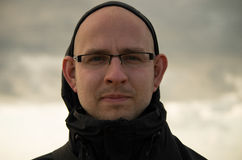 Kahler Kerl mit einem guten Hören lizenzfreie stockfotografie