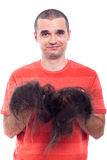 Kahler Mann, der sein langes rasiertes Haar anhält Stockfotos