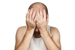Kahler Mann des Porträts bedeckt sein Gesicht mit seinen Händen und Schreien von der Hoffnungslosigkeit, von der Einsamkeit und v stockfotos