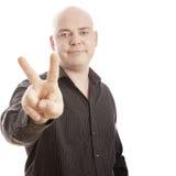Kahler Mann mit Hemdzeichensieg Stockbild