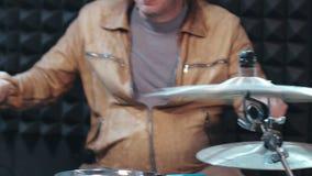 Kahler Schlagzeuger, der Becken mit Trommelstöcken schlägt stock footage