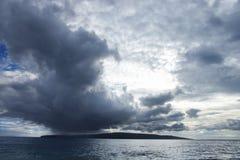 Kahoolawe, Hawaii con el océano. imagenes de archivo