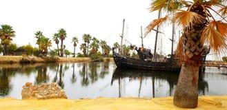 Kai des Caravels - u. des x22; Christopher Columbus, der dem einheimischen Land des Amerikas u. des x22 sich nähert; lizenzfreie stockfotografie