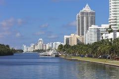 Kai mit Yachten an den residentials des Miami Beachs, Florida Lizenzfreie Stockfotos