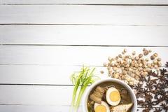 Kai-Pa-lo tailandês do alimento com as especiarias na tabela branca de madeira Opinião ascendente e superior do fim Fotos de Stock