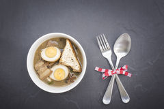 Kai-Pa-lo tailandês do alimento com especiarias e kitchenware na tabela branca de madeira Fotos de Stock Royalty Free