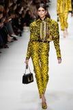 Kaia Gerber camina la pista en la demostración de Versace durante Milan Fashion Week Spring /Summer 2018 imagenes de archivo